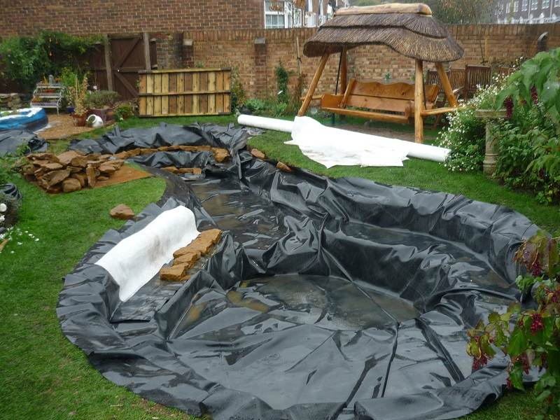 How to install garden pond liner gardening flowers 101 for Construccion estanque para kois